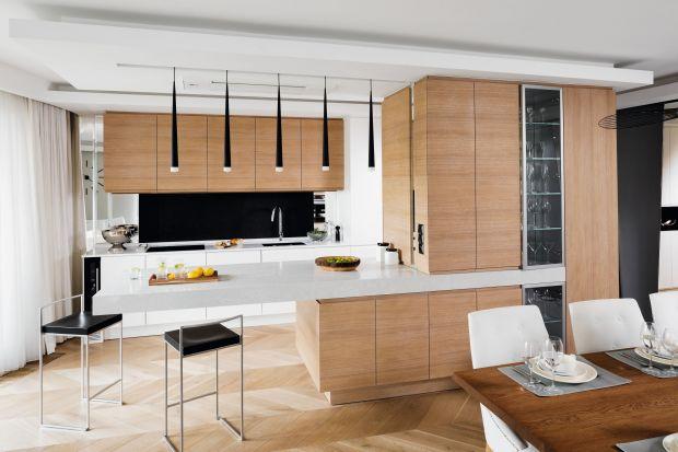 Biała kuchnia z drewnem. 20 pięknych zdjęć