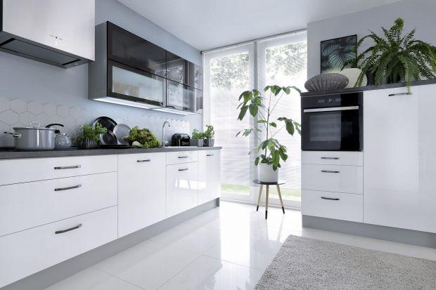 Białe meble do małej kuchni. 10 pięknych kolekcji