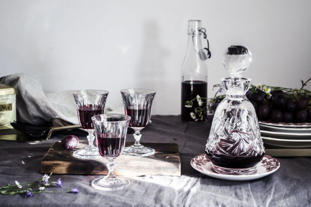 Długie jesienne i zimowe wieczory to czas nalewek i likierów. Te aromatyczne alkohole często wytwarzane są domowymi sposobami, a wiele osób traktuje ich robienie jako swoje hobby i z dumą częstuje gości efektami swojej pracy. Trzeba przyznać, że