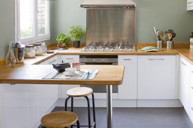 Kuchnia to serce każdego domu – tu zawsze wiele się dzieje! Nie jest więc tajemnicą, że w ferworze dnia codziennego najwięcej pracy ma przed sobą drewniany, kuchenny blat. To na nim przygotowujemy posiłki, używamy go w charakterze kawowego stol