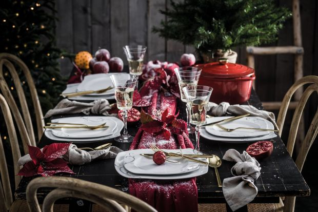 Dekoracja stołu zimą wymaga szczególnych przygotowań! Zbieramy dodatki, które ocieplą wnętrze, zbudują nastrój i sprawią, że zarówno domownicy jak i goście poczują magię świąt!