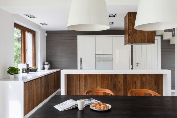 Kolor biały od dłuższego już czasu króluje w naszych wnętrzach. Idealnie współgra też z drewnem. Biel i drewno to duet, który wniesie odrobinę nonszalancji do każdej kuchni.