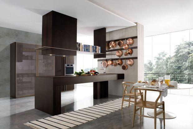 Zabudowa kuchenna w 2018 zmieniła swój wizerunek. Minimalistyczne, gładkie płaszczyzny frontów urozmaicamy witrynami szklanymi, a symetryczne moduły szafek przełamują swobodnie rozmieszczone otwarte półki. W 2019 w kuchennej stylistyce panować