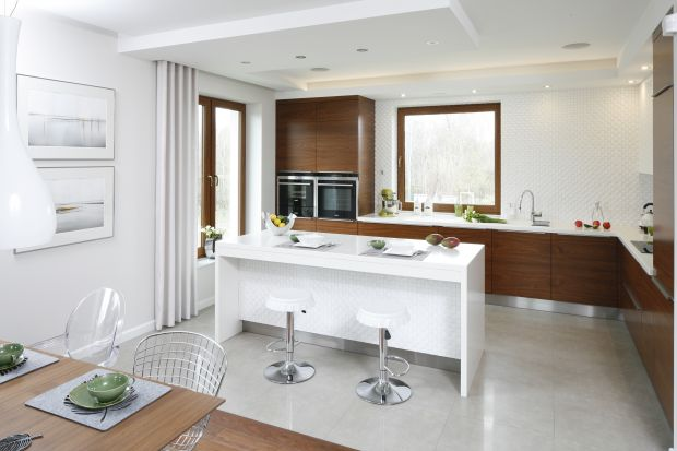 Biała kuchnia z drewnem. Zobacz 12 pięknych projektów