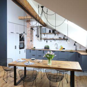 Szary kolor w klasycznie urządzonej kuchni