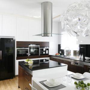 12 pomysłów na białą kuchnię ocieploną drewnem