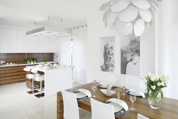 Biała kuchnia ocieplona drewnem. 5 pięknych wnętrz