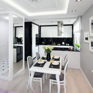 Czarno-białe kuchnie.