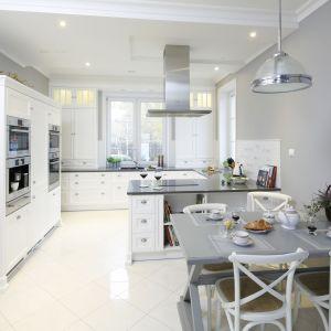 Biała kuchnia w klasycznym stylu.