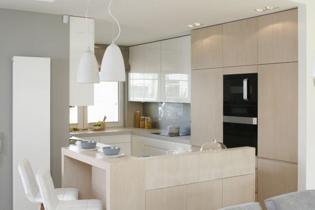 Biała kuchnia z jasnym drewnem. 5 pomysłów na urządzenie
