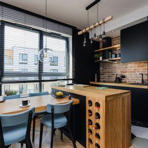 Kuchnia z salonem w bloku. Projekt Deer Design.