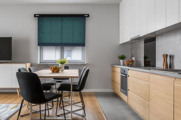 Rolety to jedno z bardziej popularnych rozwiązań stosowanych do przysłaniania okien. Powszechnie wiadomo, że skutecznie chronią przed światłem słonecznym i wzrokiem przechodniów, a przy tym często stanowią ozdobę wnętrza. To prawda, choć nie