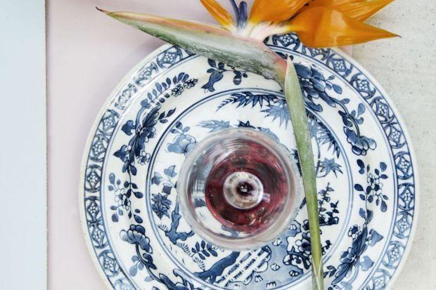 Nie chodzi o smakowite azjatyckie potrawy, tylko o inspirowane orientem nakrycie stołu. Naczynia w japońskim czy chińskim stylu to ostatni krzyk mody. Są piękne, oryginalne i – co bardzo ważne – idealnie pasują do oszczędnie urządzonych nowoc