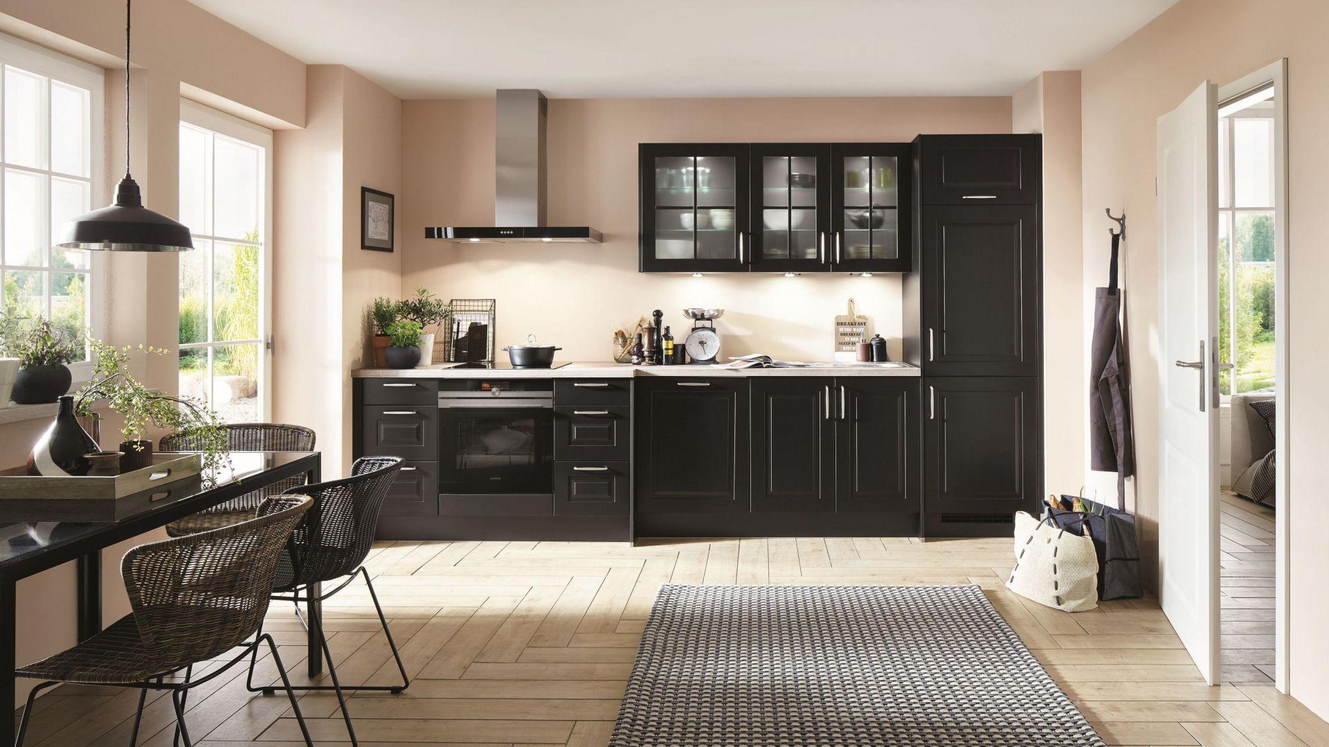 Czarna zabudowa w klasycznej kuchni. Fot. Verle Kuchen