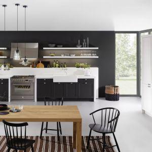 Czarna zabudowa w klasycznej kuchni. Fot. Leicht