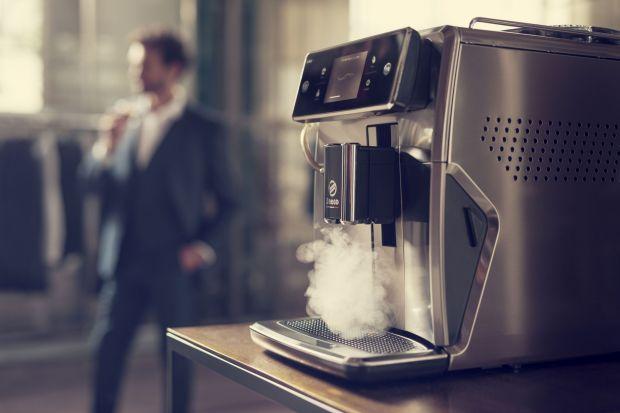 Od mocnego ristretto po delikatne latte macchiato – stwórz doznania kawowe dokładnie takie, jakie lubisz. Wystarczy jedno dotknięcie ekranu, aby móc wybierać spośród 15 dostępnych napojów. Na ekranie dotykowym za pomocą Coffee Equalizer™ ła