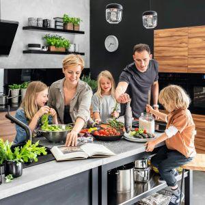 Wyposażenie małej kuchni. Pomagamy wybrać sprzęty AGD. Fot. Amica