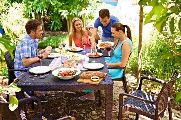Lato to idealny moment, aby każdą wolną chwilę spędzać na powietrzu, dlatego spożywanie posiłków na przydomowym tarasie czy w ogrodzie to doskonały pomysł. Nieodłącznym i bardzo ważnym elementem ogrodowej jadalni jest stół - przy nim jemy