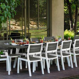 Obiad na tarasie lub w ogrodzie – jaki stół wybrać? Na zdj. HARMONY EXTENDABLE