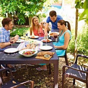 Obiad na tarasie lub w ogrodzie – jaki stół wybrać? Na zdj. MELODY