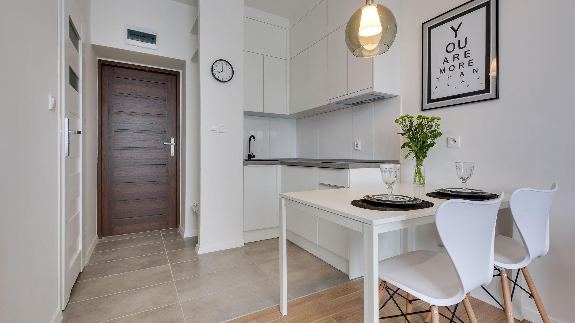 Biała kuchnia w małych wnętrzach. 12 pięknych zdjęć. Projekt Małgorzata Mataniak-Pakuła. Fot. Radosław Sobik