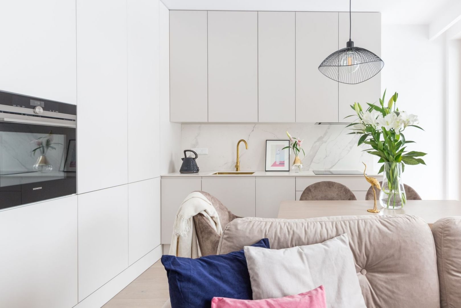 Biała kuchnia w małych wnętrzach. 12 pięknych zdjęć. Projekt Decoroom