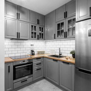 Szara kuchnia w klasycznej aranżacji. Dużo pięknych zdjęć. Projekt Deer Design.