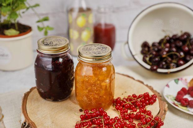Nasze babcie tradycyjnie przygotowywały przetwory, by zimą cieszyć się bogactwem smaku i aromatu owoców oraz warzyw. Pełne spiżarnie były dumą pań domu; na półkach królowały konfitury, kompoty, nalewki, soki, kiszonki… Dziś powraca moda n