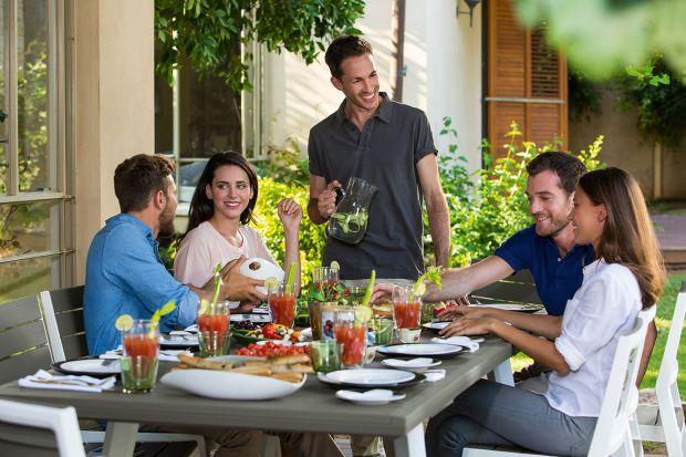 Upalny letni wieczór czy jesienne popołudnie? Lato i wczesna jesień to idealny moment na zorganizowanie spotkań na świeżym powietrzu w gronie najbliższych. Garden party to najmilszy i najsłodszy smak lata. Jego przygotowanie jest o wiele prostsze