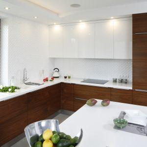 Biała kuchnia ocieplona drewnem. 20 pięknych zdjęć. Projekt Piotr Stanisz