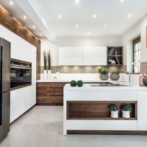 Biała kuchnia ocieplona drewnem. 20 pięknych zdjęć. Projekt Meble Vigo