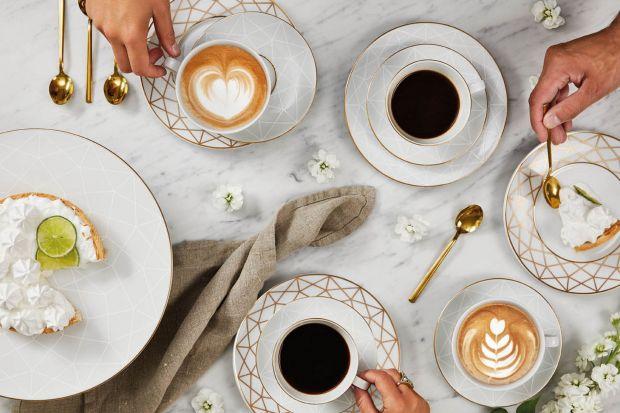 Pyszna kawa z eleganckiej porcelany