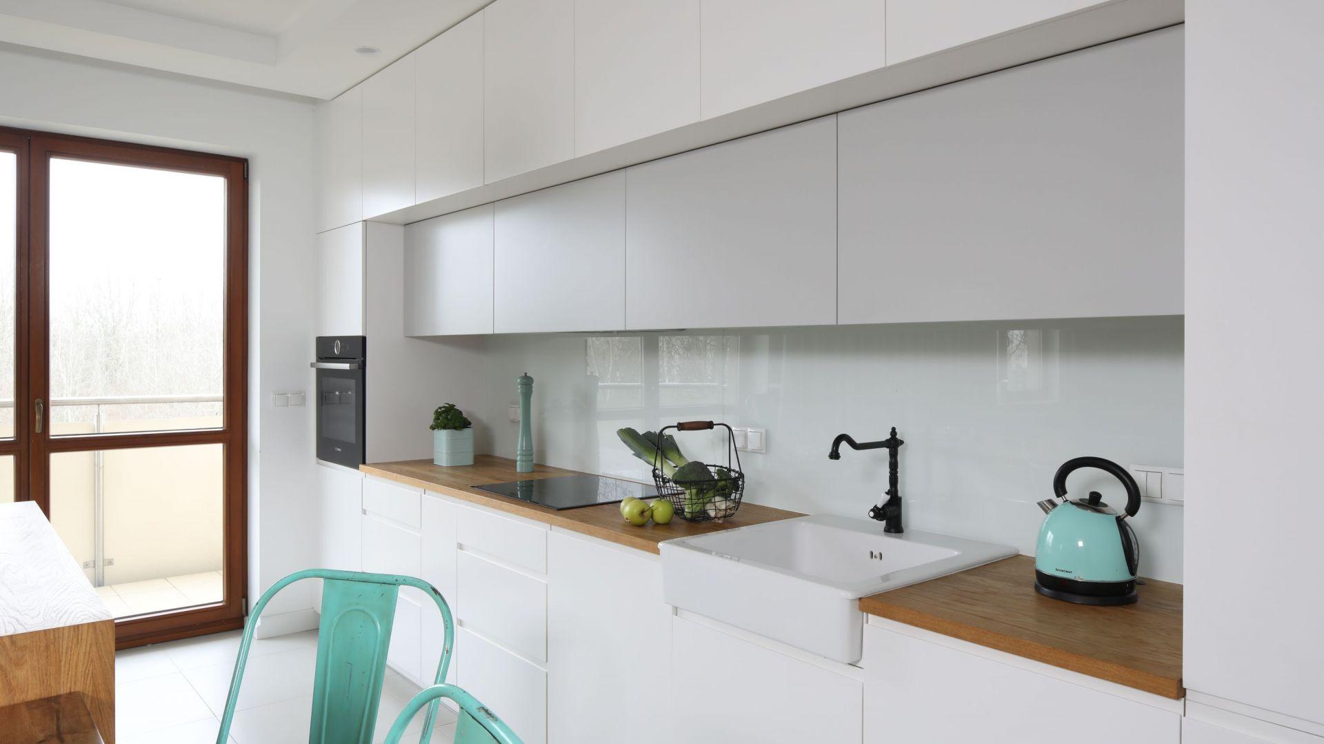 Piękne białe kuchnie. 15 pomysłów na urządzenie. Projekt Agnieszka Żyła