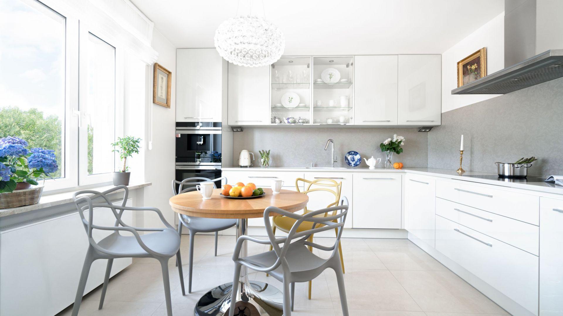 Piękne białe kuchnie. 15 pomysłów na urządzenie. Projekt MM Architekci