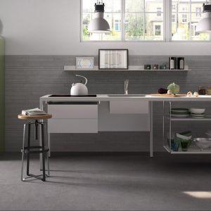 Szare płytki w kuchni. Te aranżacje zachwycają. Fot. Imola
