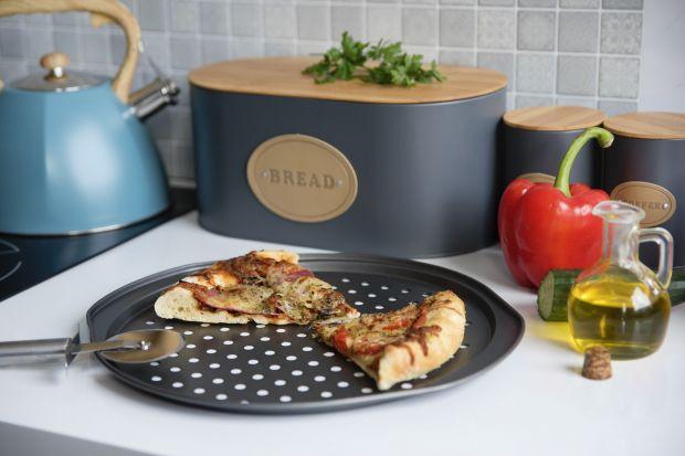 Choć zapewne najlepiej smakuje w słonecznej Italii, spożywamy ją również często w pizzeriach i restauracjach znajdujących się w różnych rejonach naszego globu. Może stać się głównym daniem obiadu lub kolacji bądź też być doskonałą pr