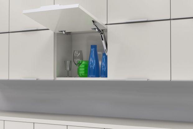 Systemy otwierania górnych szafek Top-Stays sprawiają, że fronty otwartych szafek nie tylko nie przeszkadzają podczas pracy w kuchni, ale również nie kolidują z innymi szafkami. Dodatkową zaletą jest mechanizm pozwalający na utrzymanie szafki w
