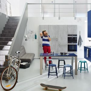 Kuchnia w stylu loft. Połącz szary z niebieskim. Fot. Ballerina