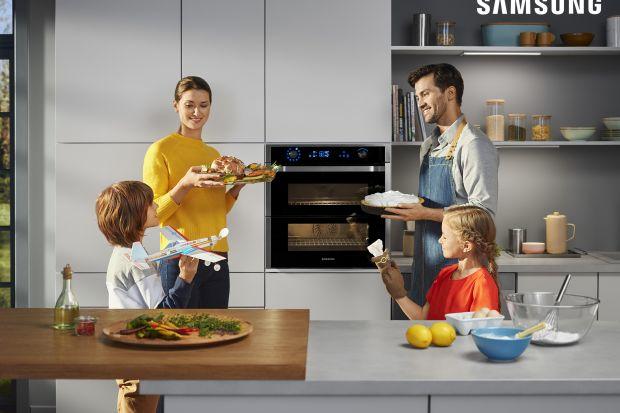 Sprawdzone przepisy naszych mam i babć okazują się niezawodne gdy zaskoczą nas niespodziewani goście lub brakuje nam pomysłu na obiad. W wolnych chwilach warto jednak dać upust kreatywności w kuchni i odkryć nowe smaki. Z piekarnikiem Samsung Dua