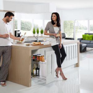 10 pomysłów na wyposażenie szafek w kuchni. Fot. REJS