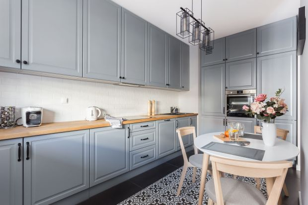 Biała czy szara? 20 pomysłów na urządzenie kuchni klasycznej