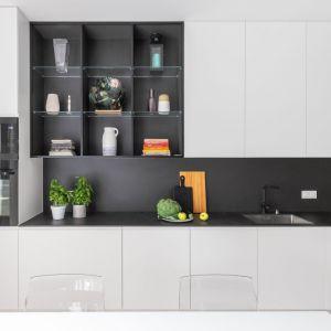 Mała kuchnia urządzona w bieli i czerni. Dużo ładnych zdjęć. Projekt Decoroom