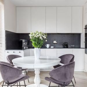 Mała kuchnia urządzona w bieli i czerni. Dużo ładnych zdjęć. Projekt Deer Design