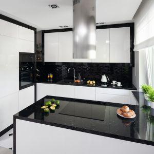 Mała kuchnia urządzona w bieli i czerni. Dużo ładnych zdjęć. Projekt Katarzyna Mikulska-Sękalska
