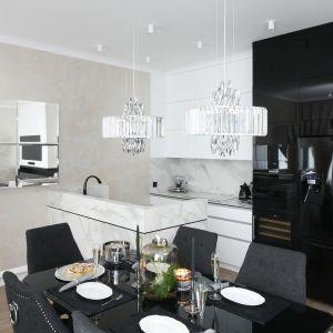 Mała kuchnia urządzona w bieli i czerni. Dużo ładnych zdjęć. Projekt Karolina Łuczyńska