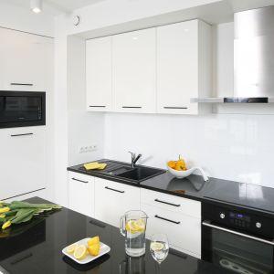 Mała kuchnia urządzona w bieli i czerni. Dużo ładnych zdjęć. Projekt Katarzyna Uszok