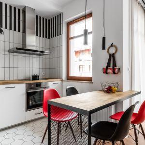 Mała kuchnia urządzona w bieli i czerni. Dużo ładnych zdjęć. Projekt JT Neptun Park