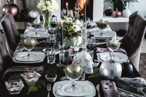 Podczas uroczystości przygotowywanych z okazji Halloween warto zadbać o perfekcyjną aranżację stołu, w której nie może zabraknąć dyniowych lampionów, świec i sztucznych pajęczyn.