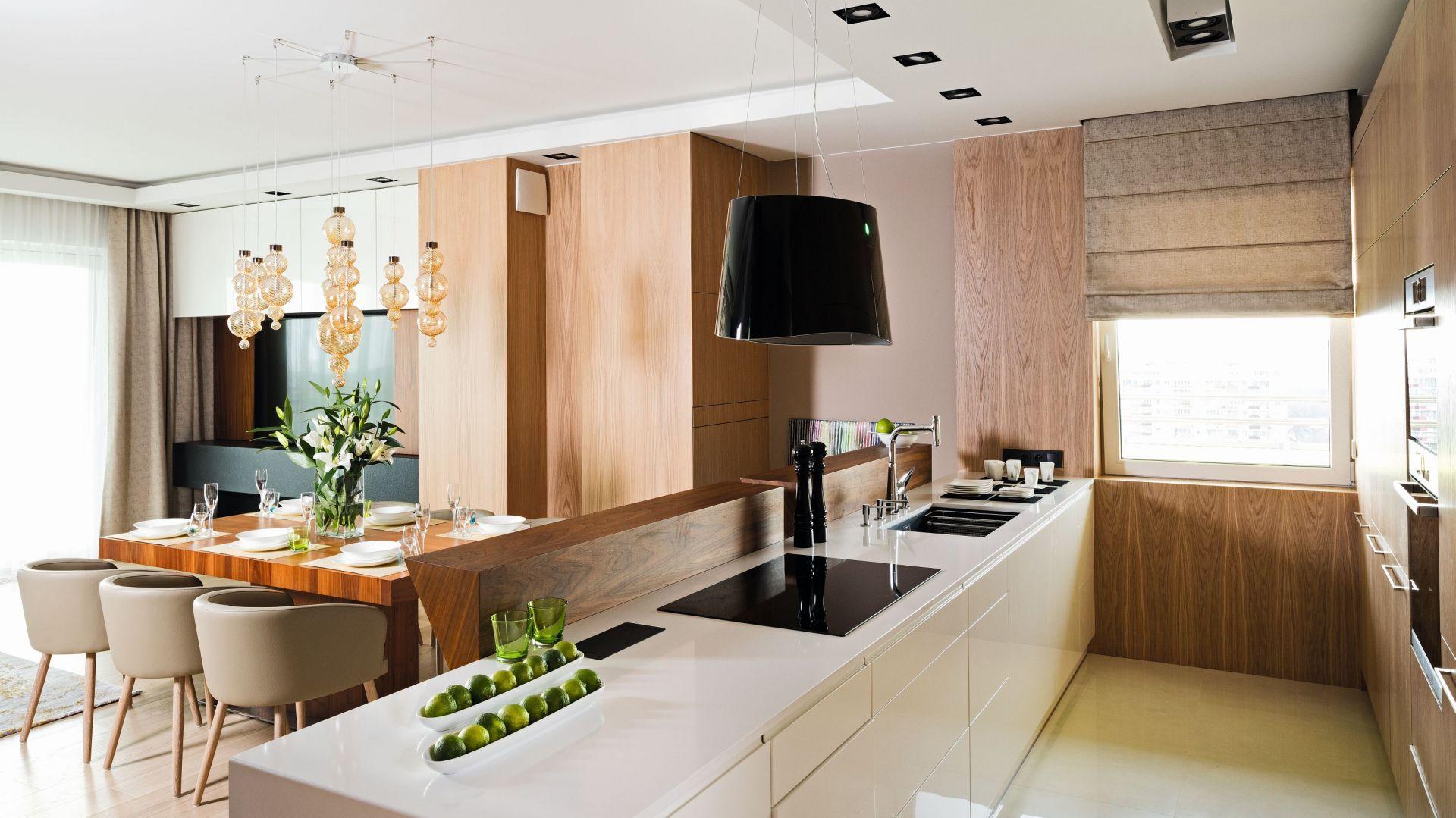 Drewno w kuchennych aranżacjach. Dużo pięknych zdjęć. Projekt Laura Sulzik