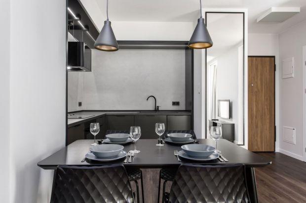 Nowoczesny apartament ujmuje elegancją, minimalizmem oraz nadzwyczaj starannym doborem detali. Całość, utrzymana w męskim klimacie, jest ponadczasowa.
